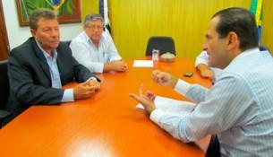 Júlio Badari, Mauro Garcia e deputado Edmir Chedid (dir.) durante reunião ocorrida na Assembleia Legislativa.