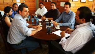 Nilson de Ângelo, Élida Trefilio, Caled Kadri, Frei Roberto, Frei Tarcísio, Leandro Uliam e Edmir Chedid (à dir.) durante reunião.