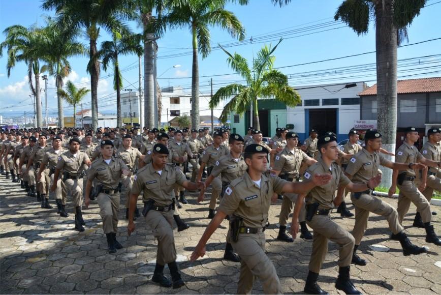 Desfile dos discentes do curso de formação de soldados