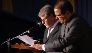 João Batista assina os projetos de lei no Ato de Posse