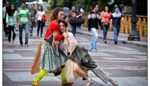 site-Espaços-Invisíveis-na-Rua-(2014)---foto-Clarissa-Lambert---com-Larissa-Salgado-e-Clara-Gouvea