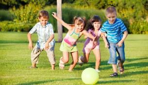 crianças-brincando-de-bola