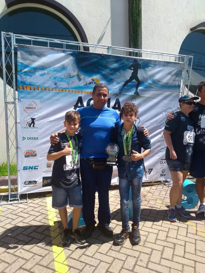 Professor Moises com os atletas Kevin e Leonardo