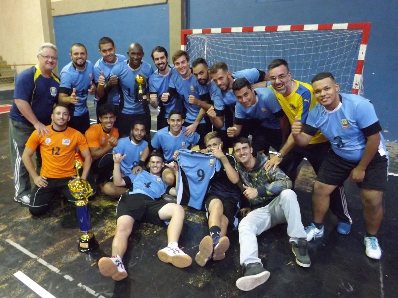 comemoração da equipe de Bragança Paulista Handebol comemorando a conquista edit