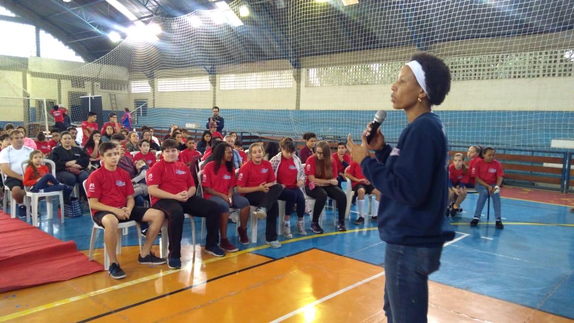 A ex atleta Janeth Arcain falando aos alunos do projeto em Bragança Paulista