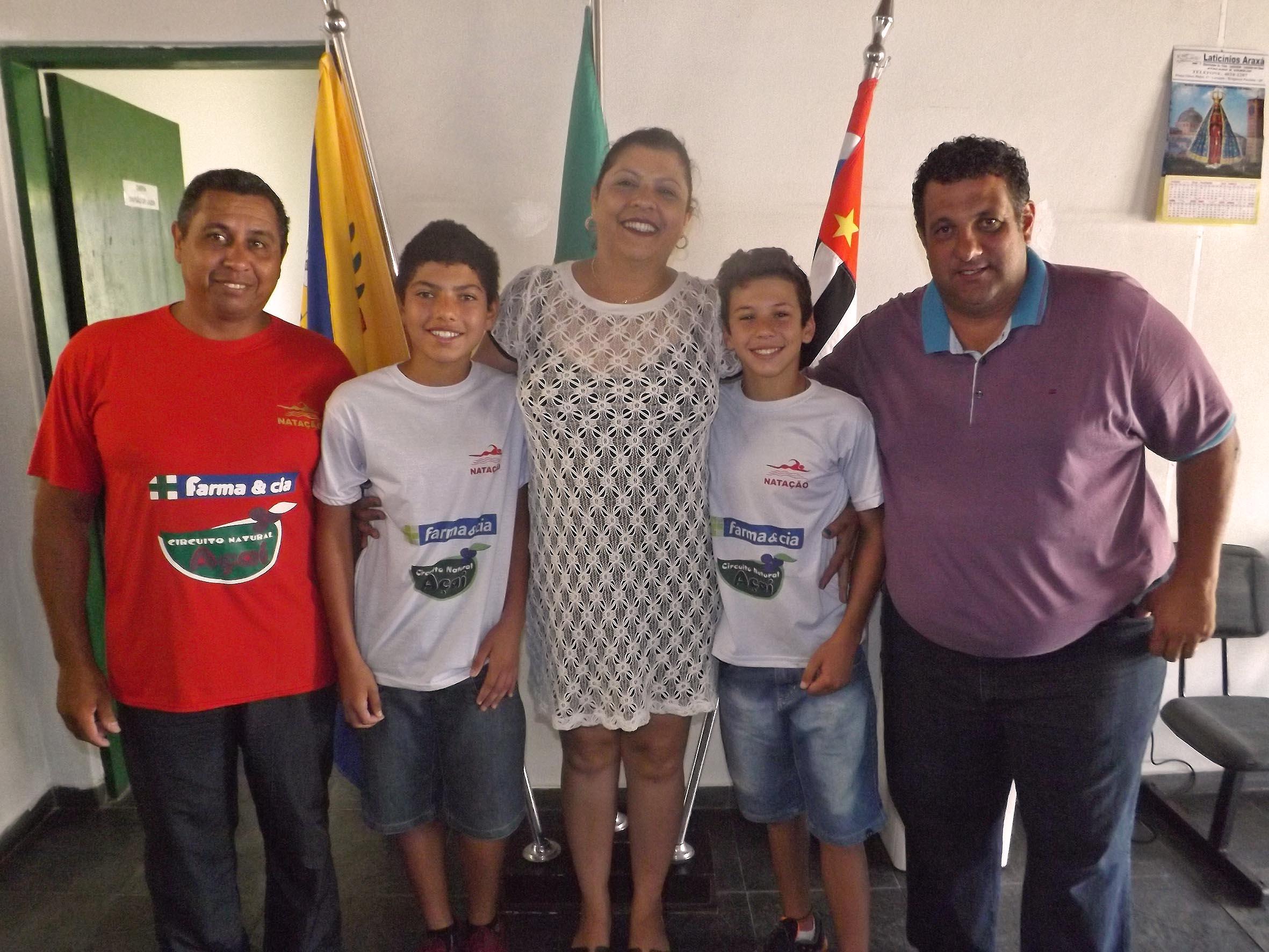 Foto dos atletas ao lado do professor Moises e dos chefes da Semjel Sandra Teixeira e Rivelino de Oliveira