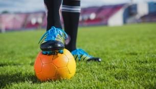 jogador-de-futebol-com-pe-na-bola_23-2147644500