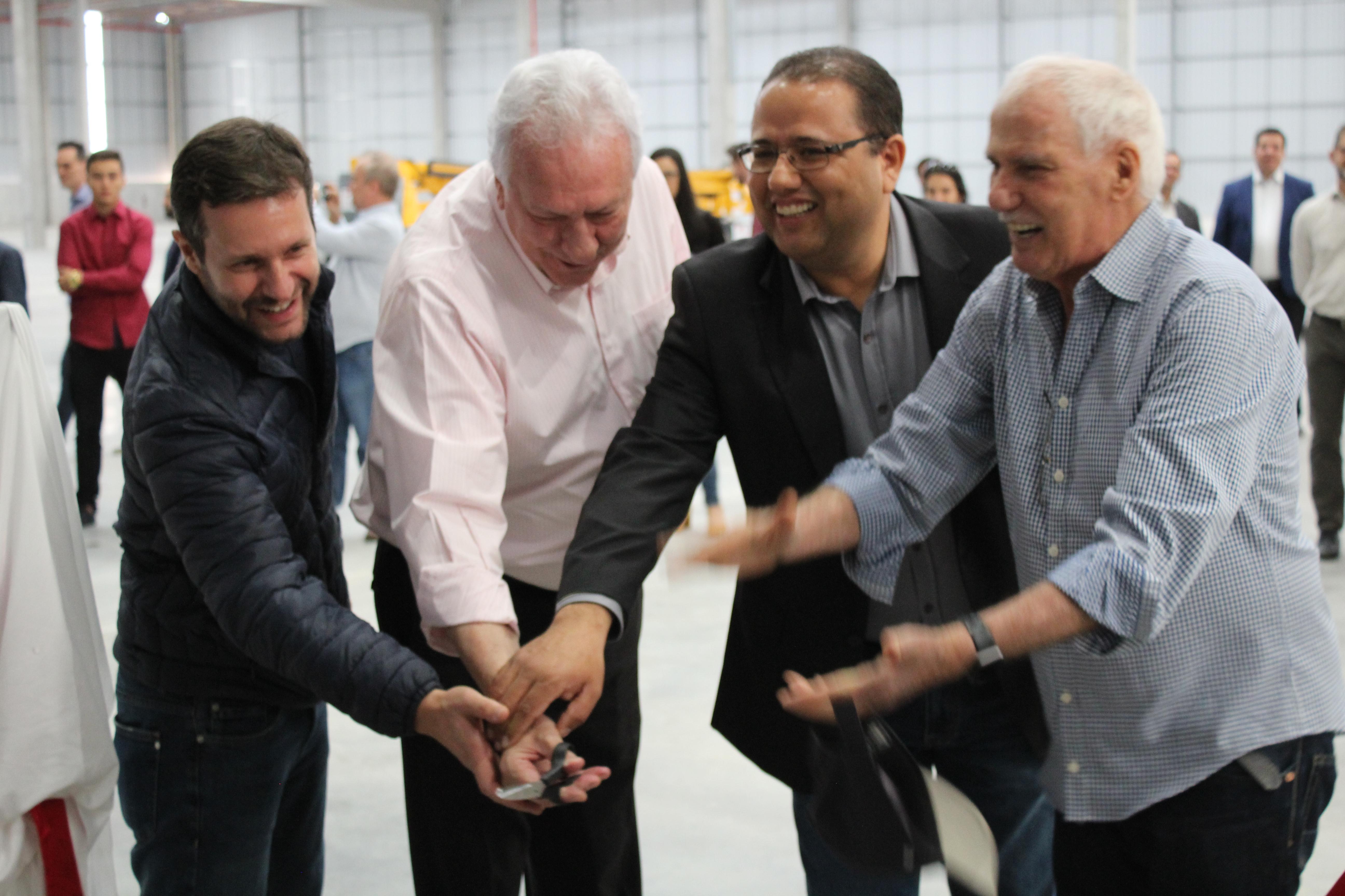 Mário Fernandes, Carlos Rodrigues, João Batista e Maurício Parizze cortando a fita