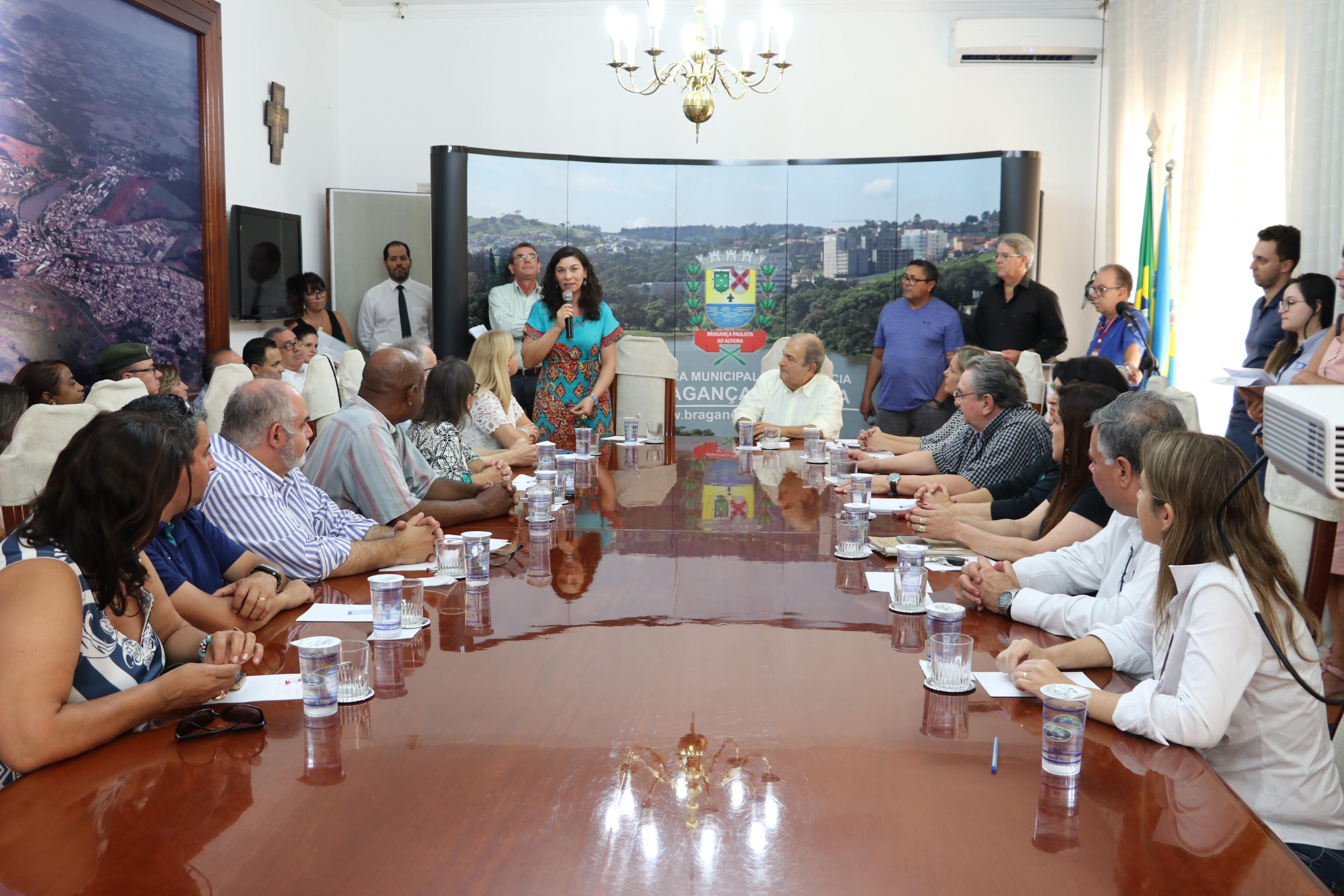 Assinatura acessibilidade escolas (fase 1), com a presença da Promotora de Justiça Dra. Ana Maria Buoso