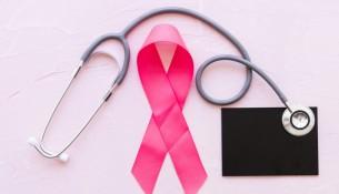 fitas-de-consciencia-de-rosa-com-estetoscopio-sobre-ardosia-em-fundo-rosa_23-2147863615