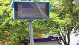Painel eletrônico com previsão dos horários do transporte público é instalado na Praça da Bíblia