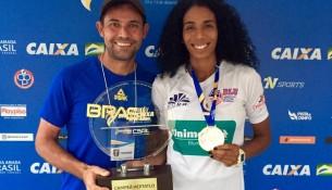 Raiane Vasconcelos com o técnico Edmar Alves dos Santos